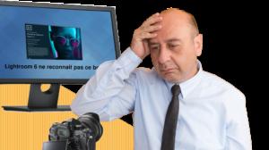 Un homme à l'air triste devant son nouvel appareil photo
